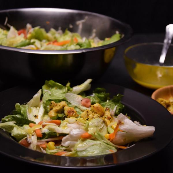 Zdravý salát s kuřecím masem adomácím dresigem